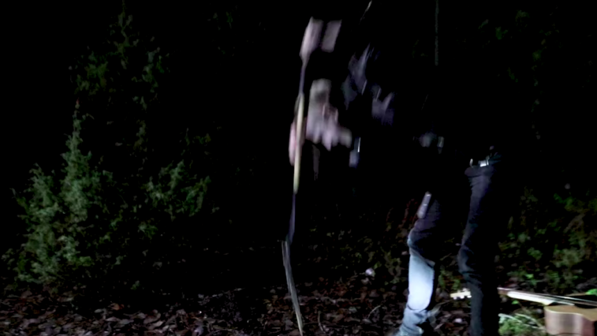 PREMIÄR: Knivderby begraver gitarren