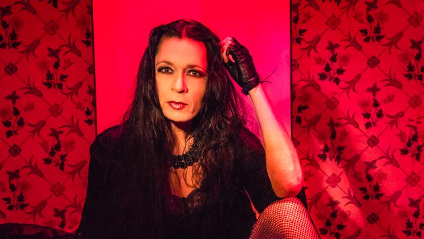 PREMIÄR: Punkikonen Nike Markelius från Tant Strul om ett dramatiskt kärleksmöte mellan två kvinnor