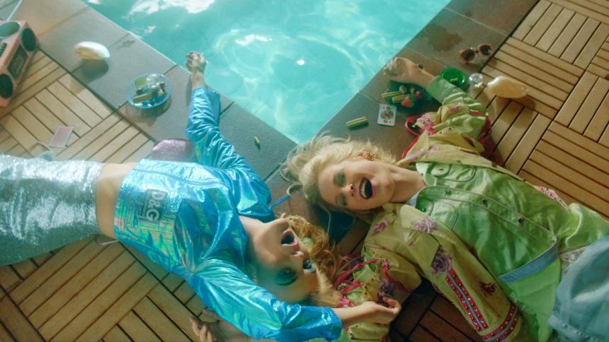 PREMIÄR: Poolparty och neonfärgade domedagskänslor