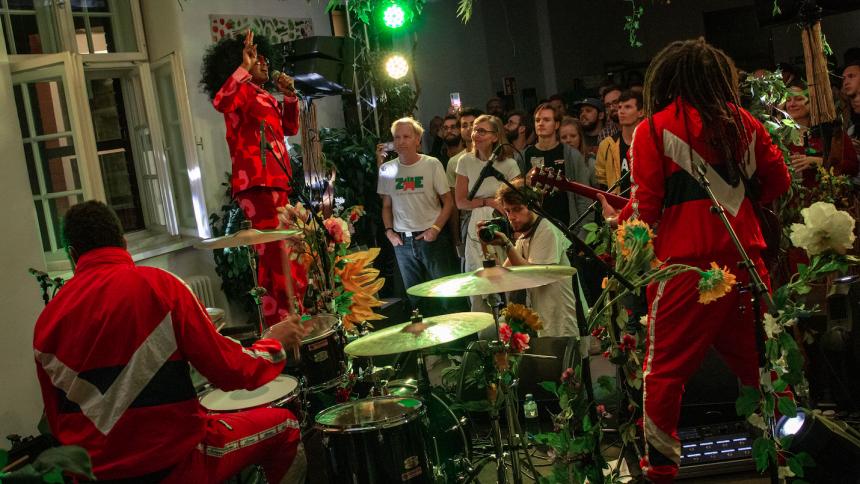 REPORTAGE: Frispråkig hippie-pop, förtrollande pianospel och svensk knockout på Waves Vienna