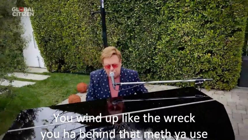 Elton Johns framträdande hånas – med textning