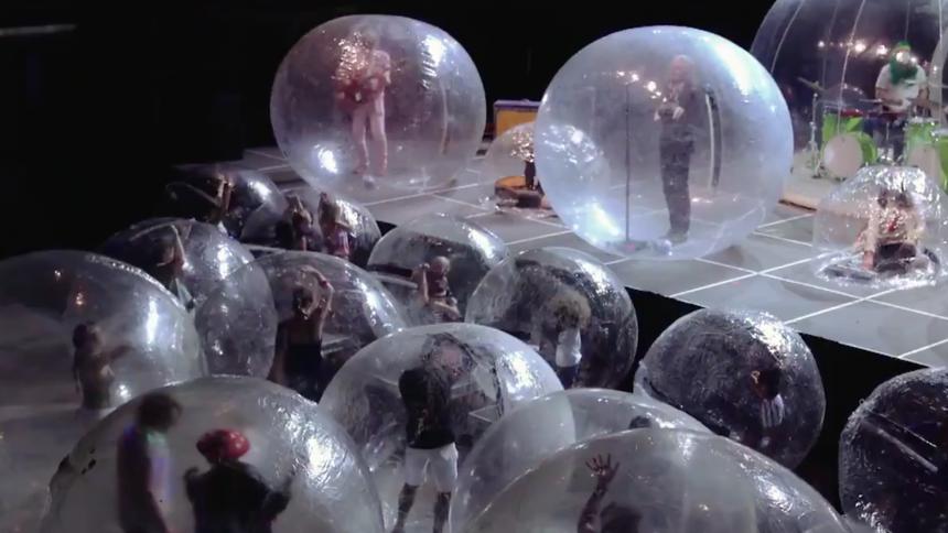 Band och publik i bubblor – så tacklar The Flaming Lips COVID-19