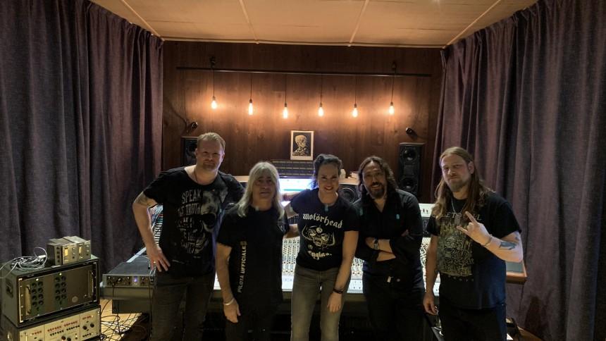Mikkey Dee och Nina Söderquist samlar svenska rockeliten – insamling för de äldre