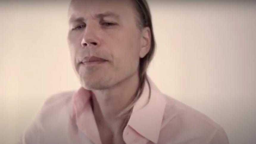 PREMIÄR: Christian Kjellvander besvarar en gammal låt