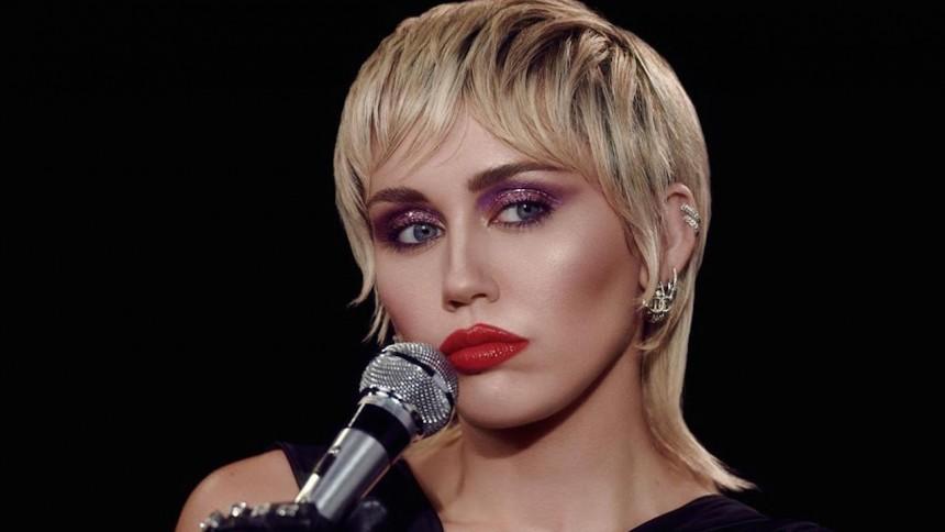 Cyrus klär i 80-talsrocken