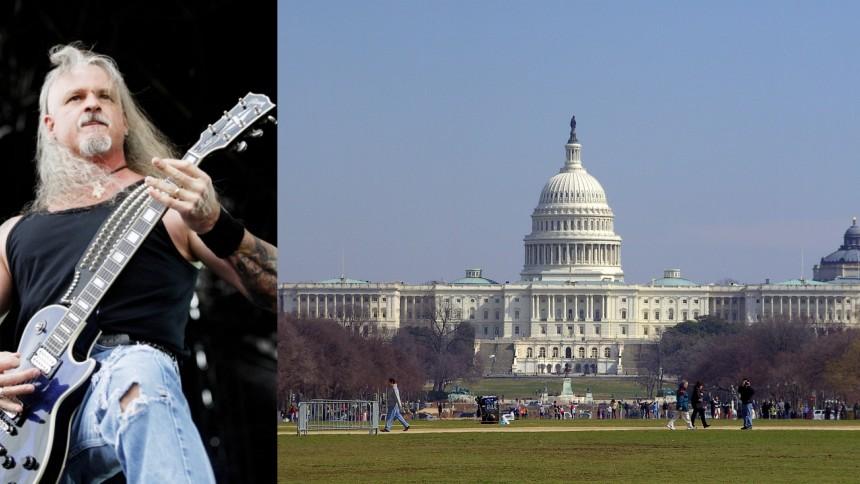 Här stormar gitarristen kongressen – deltar i det våldsamma upploppet