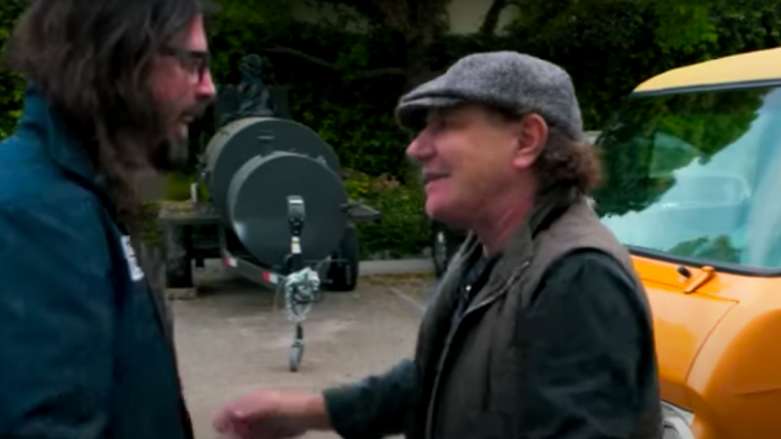 AC/DC:s Brian Johnson och Dave Grohl snackar Ullevi-kaos och turnébussar