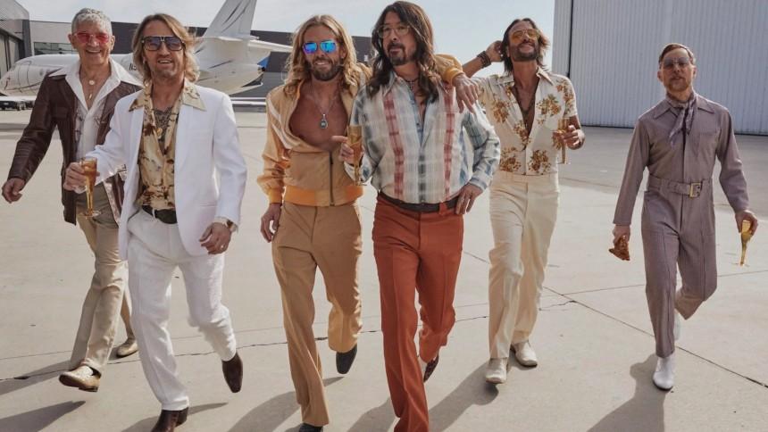 Nu kan du strömma albumet där Foo Fighters tolkar Bee Gees