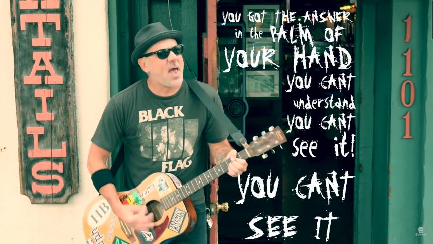 BÄST JUST NU: Punkveteranen tonar ner i solodebuten